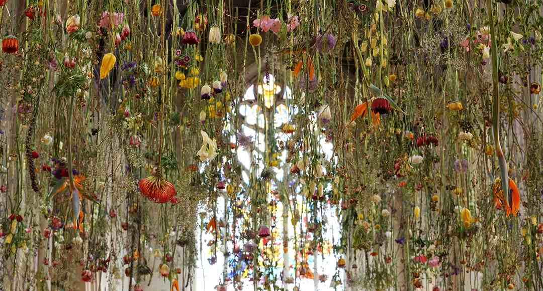 Virágeső az égből - Rebecca Louise Law káprázatos virág installációja