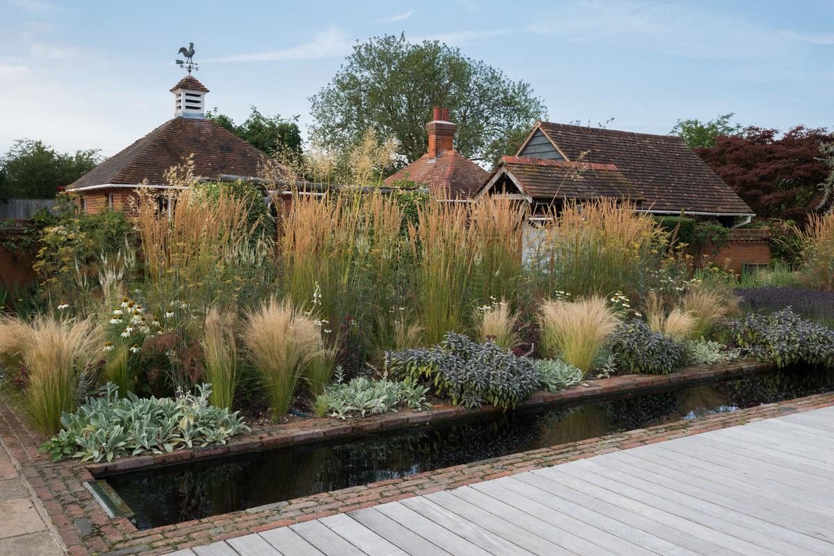 Egy izgalmas, modern cottage kert