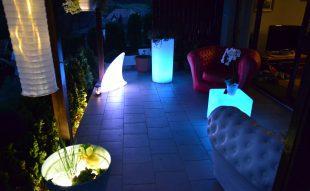 esti fények a kertben