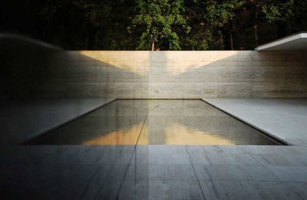 barcelonai német pavilon minimalista medencéje